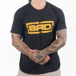 мъж с кръстосани ръце облечен в 100% памучна тениска в черно