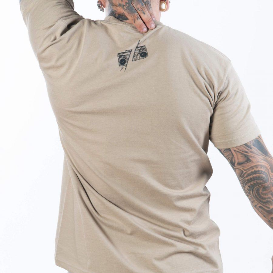 обърнат в гръб мъж с протегнати ръце облечен в ефектна тениска с картинка