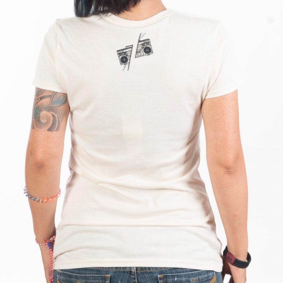 жена в гръб със светла натурална тениска от памучен материал