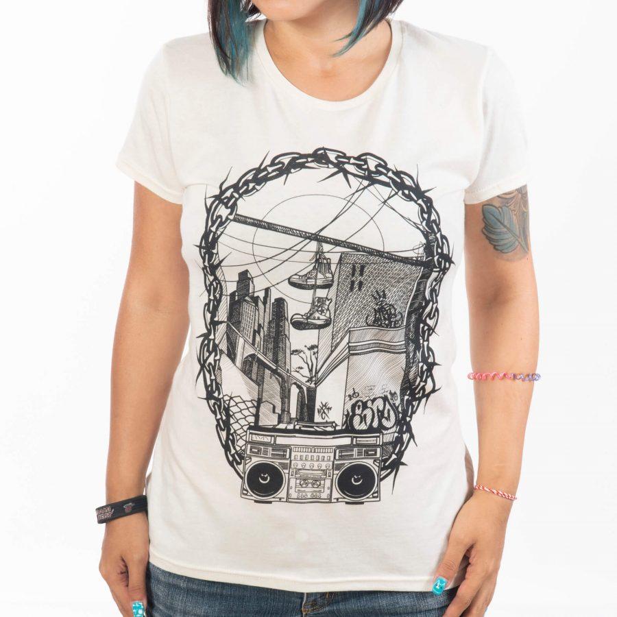 жена с прибрани до тялото ръце облечена в удобна памучна тениска с голяма илюстрация