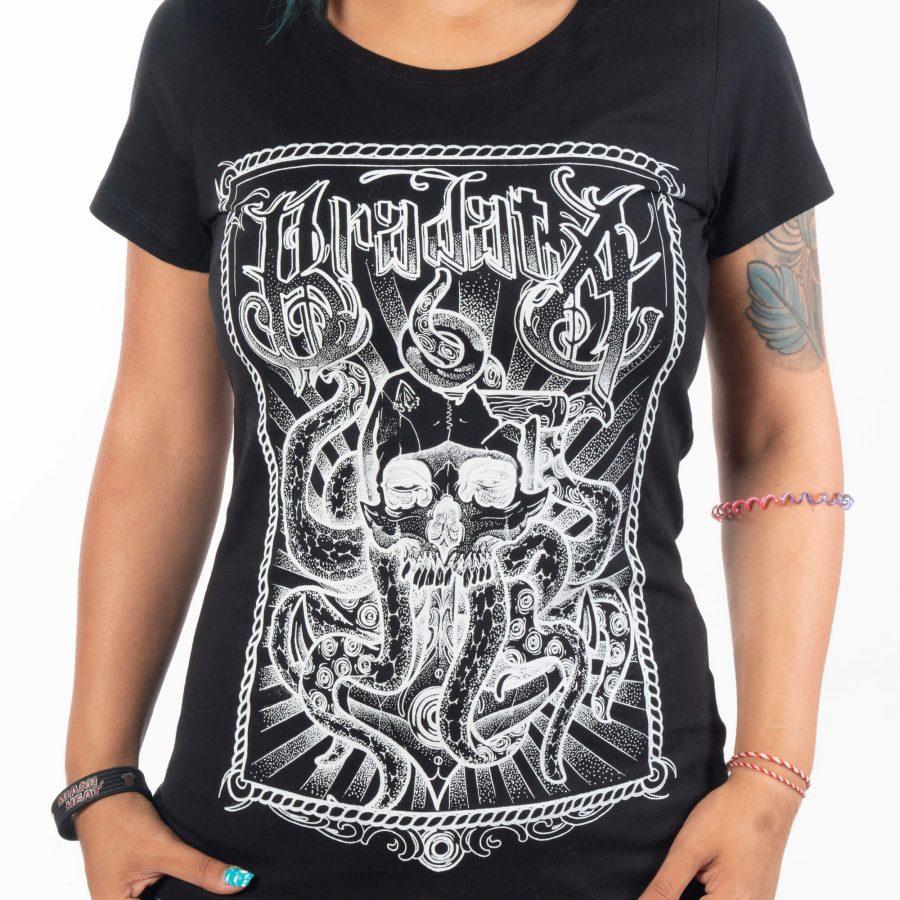 жена с прибрани в джобовете ръце с черен цвят тениска от 100% памук с ръчно изработена щампа