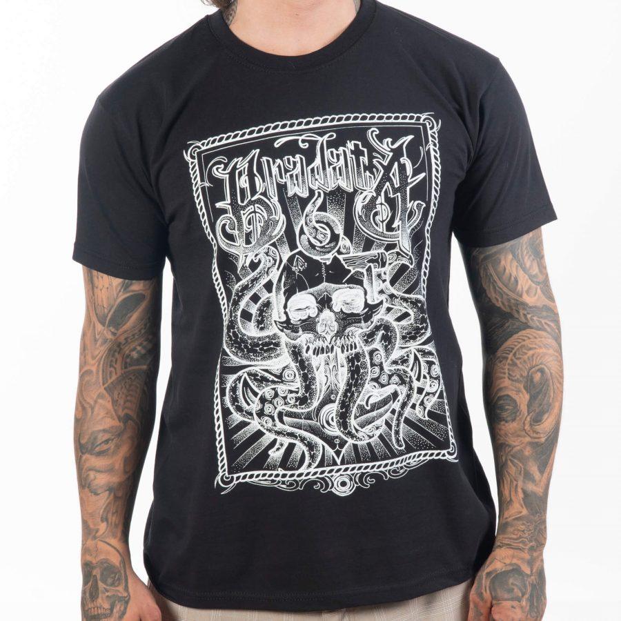 мъж обърнат в лице с черна тениска от памучна материя с оригинална рисунка