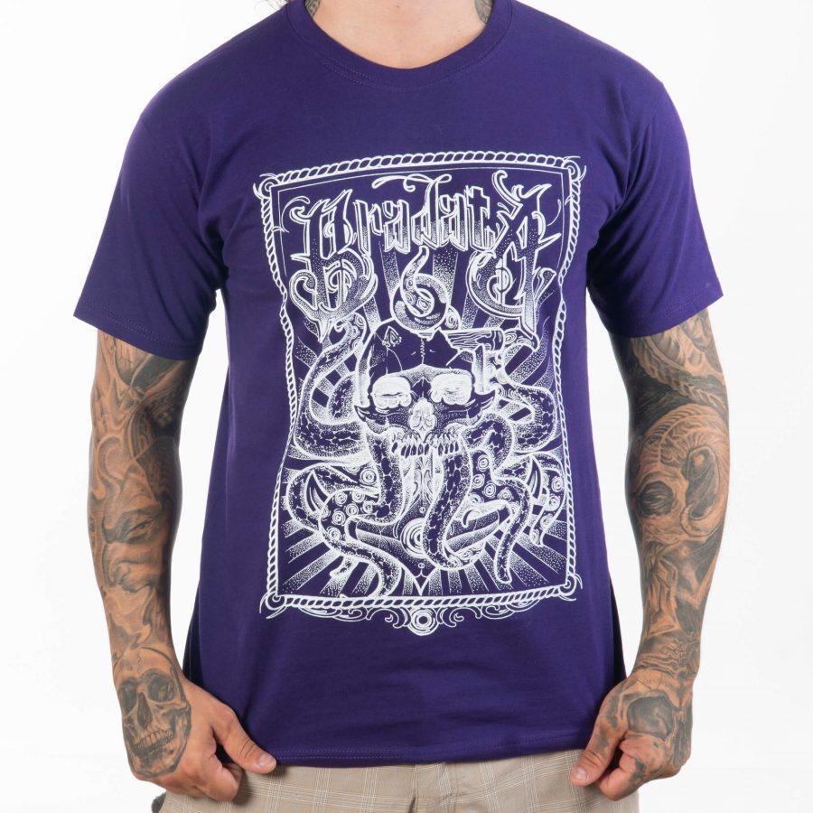 мъж държащ с ръце долната страна на памучна тениска в приятен лилав тон