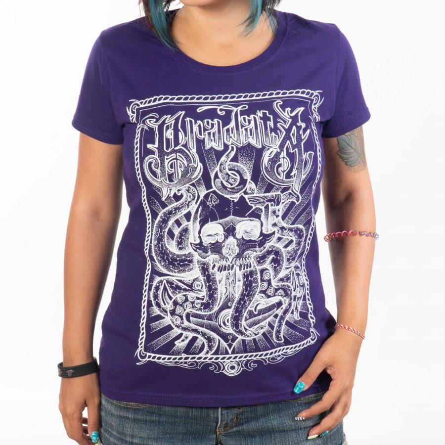 жена позиционирана с лице носеща тениска от памук с къси ръкави