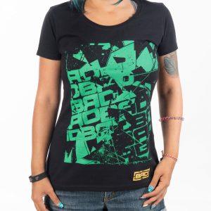 жена облечена в страхотно изглеждаща тениска от мека памучна материя