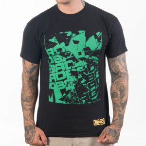 мъж стиснал юмруци облякъл черна памучна тениска с висока плътност и с зелена щампа