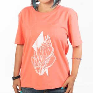 млада дама в тениска с къси ръкави в коралов оттенък с голяма морска рисунка