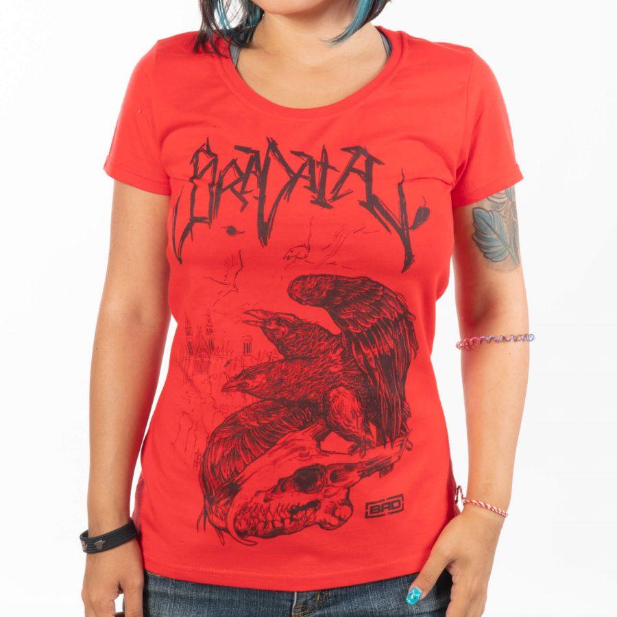 жена с ярко червена тениска и черна щампа с череп и гарвани