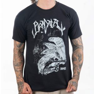 татуиран мъж облякъл и хванал в двата долни края тениска изработена от качествен и удобен материал