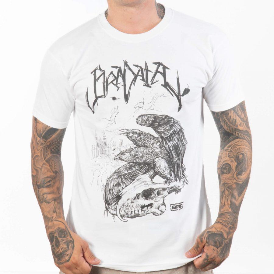 мъж с напълно бяла тениска с къси ръкави от 100% памучна тъкан оригинална авторска щампа
