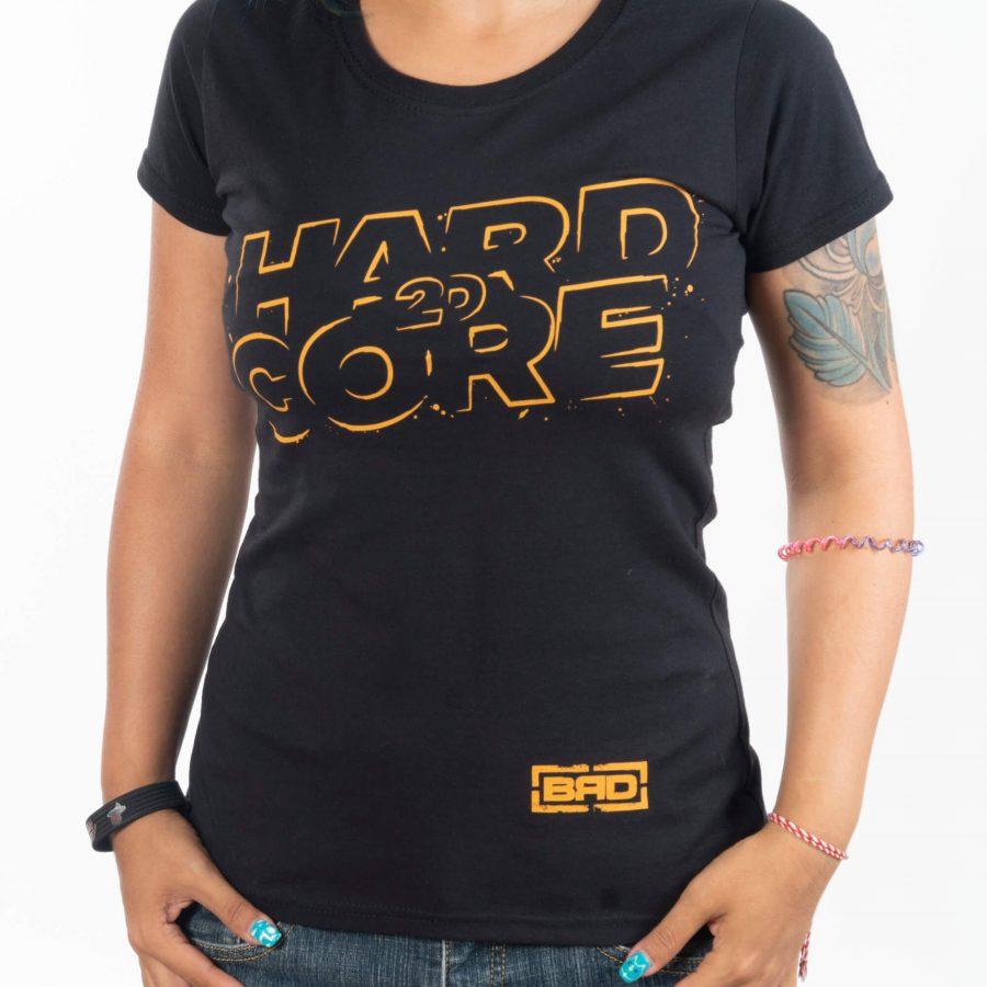 жена с удобно прилягаща тениска с надпис hard 2d core