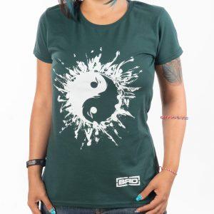 дама с тениска от фин памучен материал в маслено зелено с очарователна рисунка