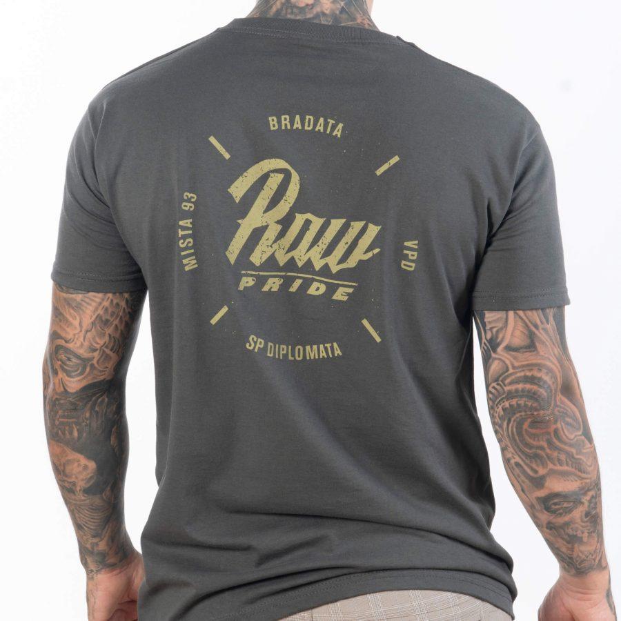 мъж сниман в с гръб с удобна сива тениска от лека памучна материя с як печат