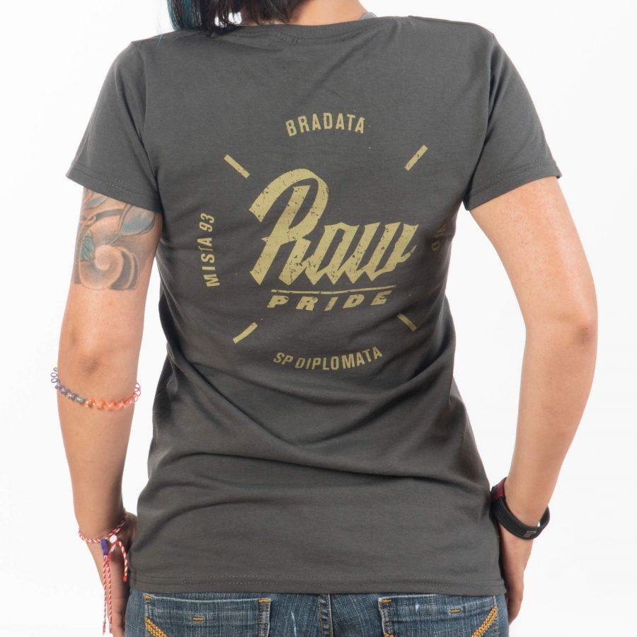 млада дама облякла тениска в сиво с щампи brd и raw pride
