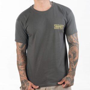 татуиран мъж със сива тениска Raw Pride Classic