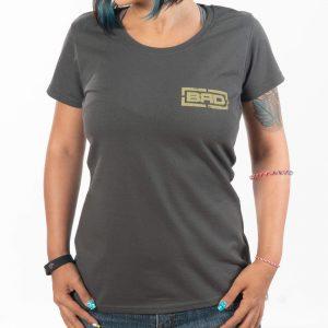 момиче в тениска нюанс на сиво с щампа raw pride