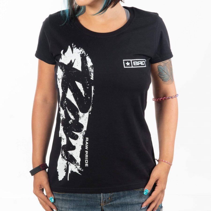 моделът е облечен с дизайнерска тениска уникат от серията ни raw pride