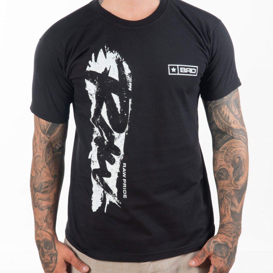 мъжки модел с приятна черна тениска в уличен стил