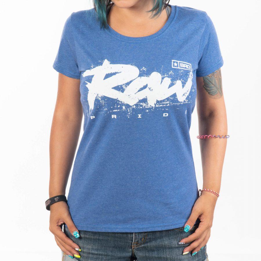 женски модел носещ чудна тениска с привлекателна печатна шарка