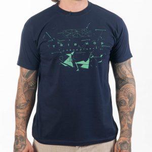 мъж с тъмносиня памучна тениска с геометрична щампа трип-хоп