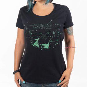 жена с черна памучна тениска с геометрична щампа трип-хоп