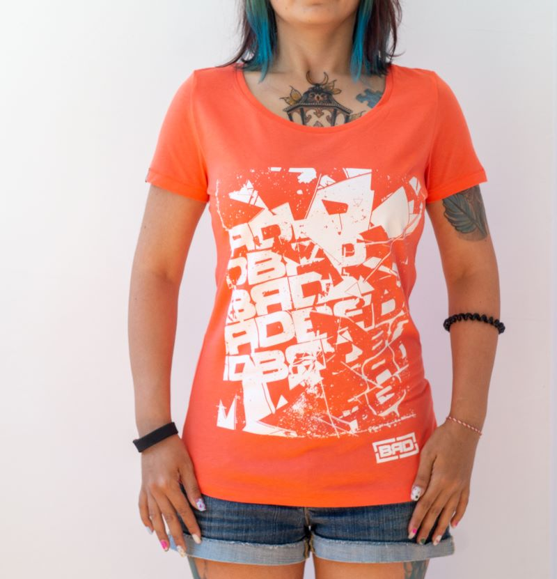 жена с еластична тениска от памук и модал в цвят корал