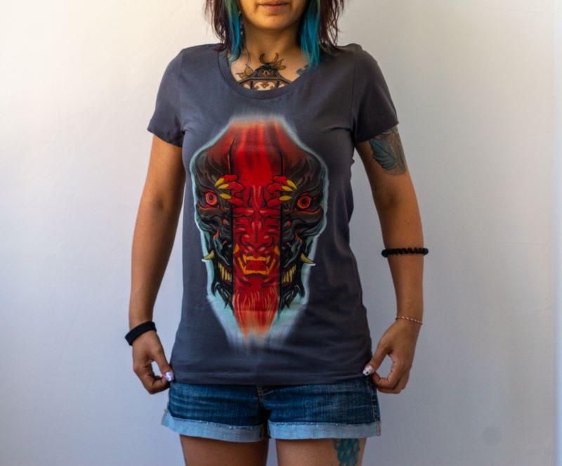жена с памучна тъмносива тениска на японска тематика
