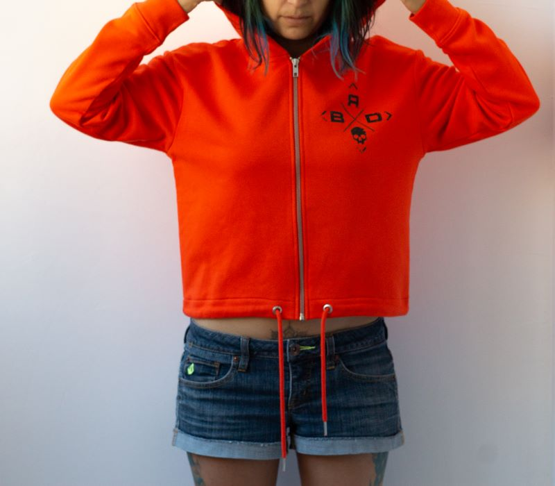 жена в амфас в оранжева дреха с качулка с деликатна щампа