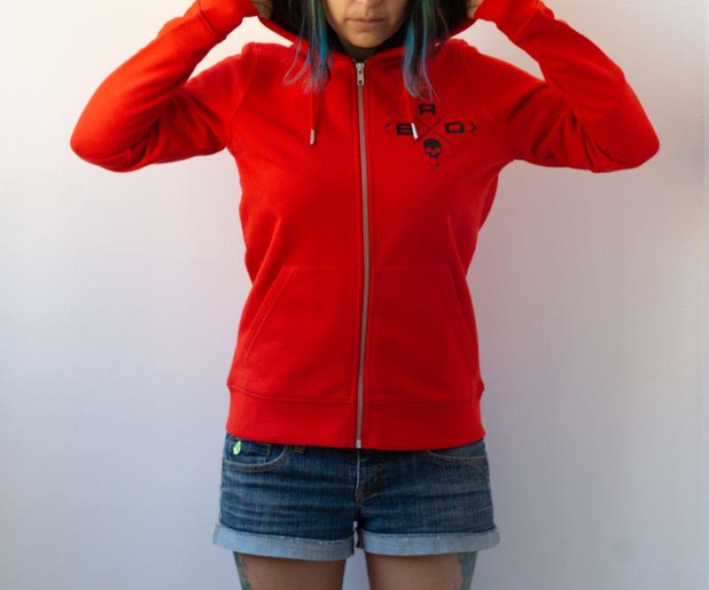 жена с червен суичър с регулируема качулка и връзки с метални накрайници