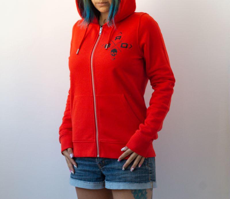 жена с червен суичър от органичен памук с малка черна щампа и цип