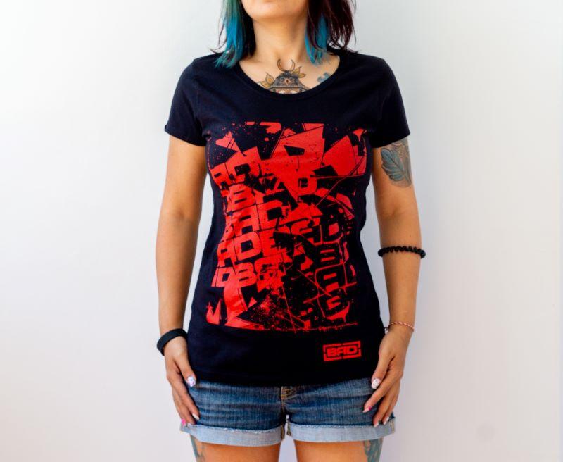 жена в тениска с червена щампа
