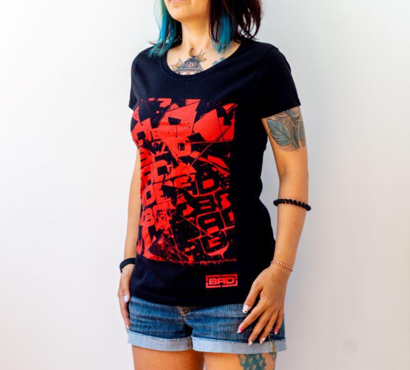 жена в дамска тениска с брутално контрастно изображение