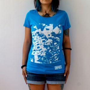 жена с разкошна тениска в синьо