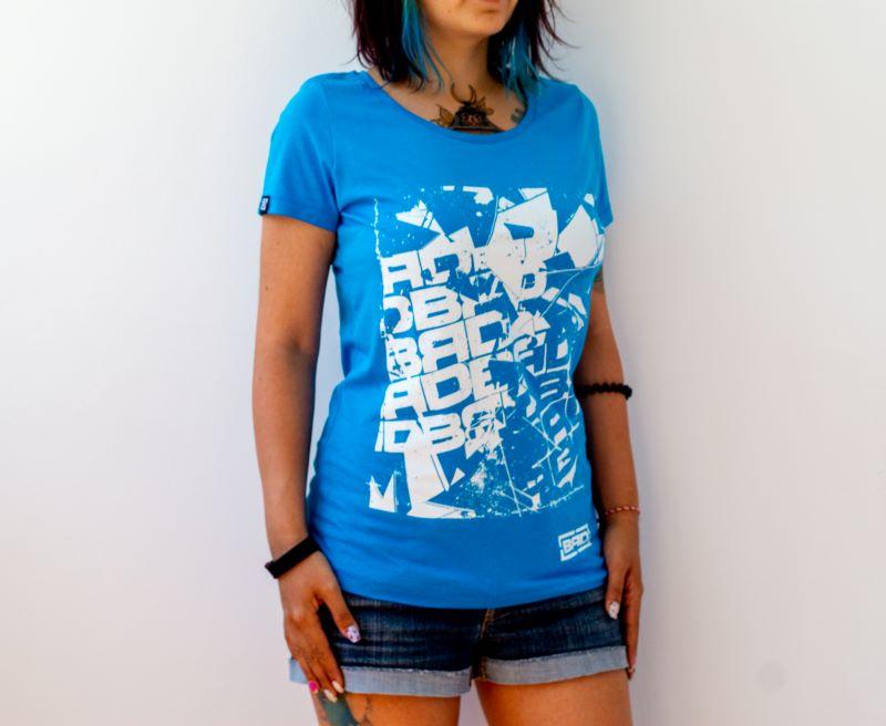 жена със сини кичури и прекрасна небесносиня тениска от най-качествен памук
