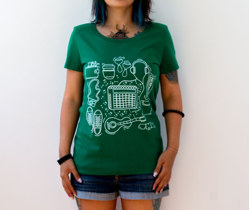 жена с тениска в тъмна разновидност на зеленото