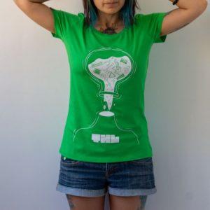 млада жена в светлозелена тениска с декоративен елемент на ръкава