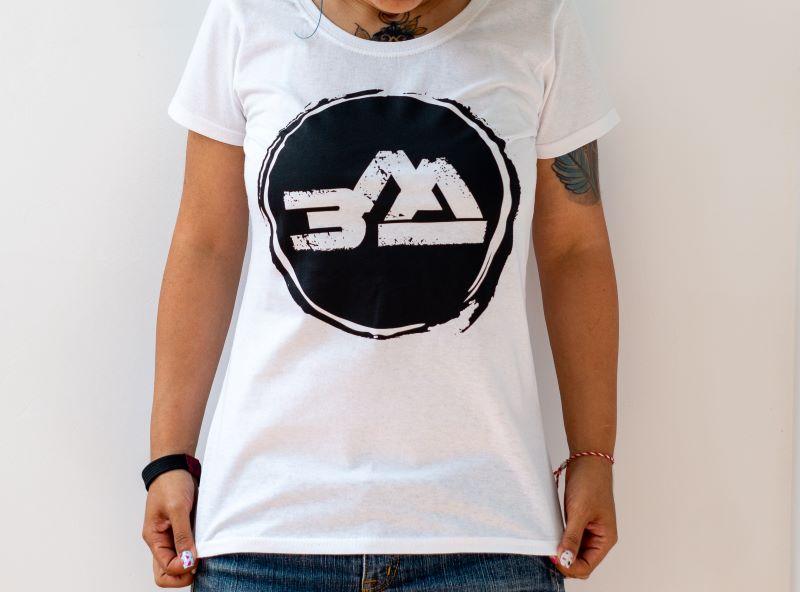 момиче в снежнобяла тениска с голям черен овален печат и надпис zld