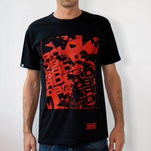 модел в черна тениска с контрастираща щампа