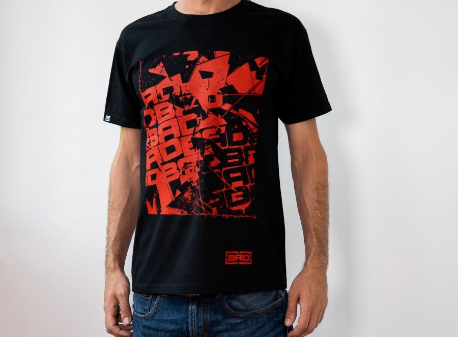 мъж в дънки и черна brd тениска urban red