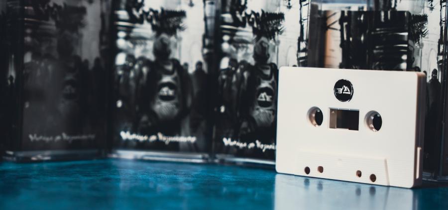 аудио касети в кутийки с извадена такава разположена вляво