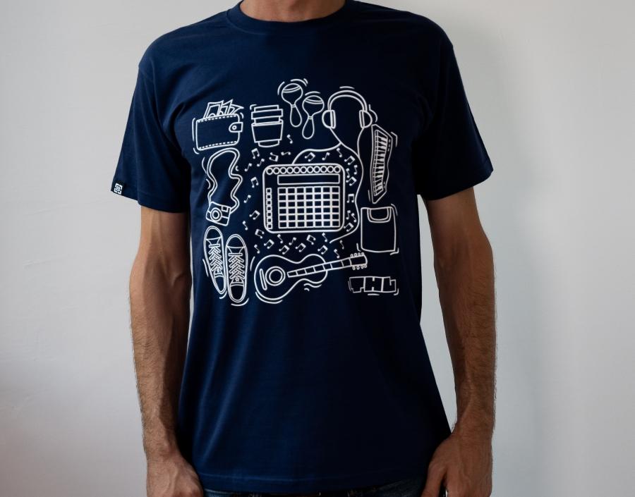 мъж с тъмносиня тениска Trip-Hop Laboratory
