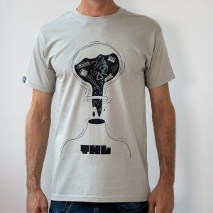 мъж с приятна цинкова тениска
